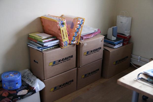 Högen av kartonger, böcker mm som jag förvarat slöjdgrejer i sen inflyttningen