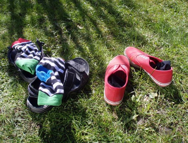 Avsparkade skor i sommargräset