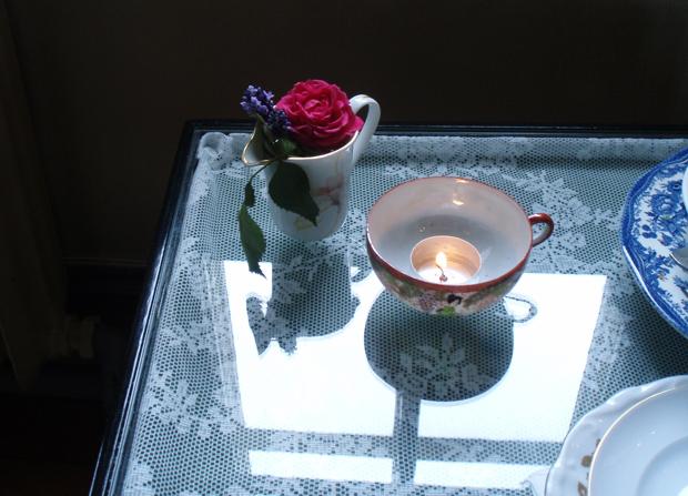 Färska blommor och värmeljus på varje bord