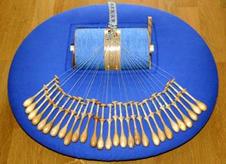 Min knyppeldyna, omklädd med blått bomullstyg