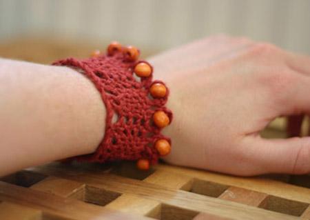 Rött knypplat armband