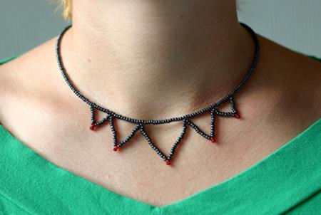 Taggit halsband i svart och rött