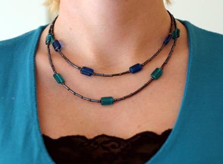 Dubbelradigt halsband i svart och turkos