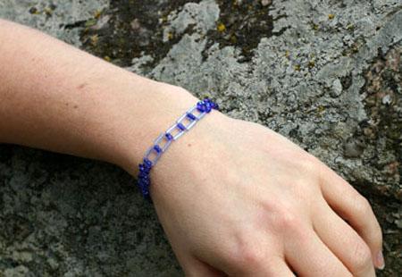 Armband av blåa glaspärlor