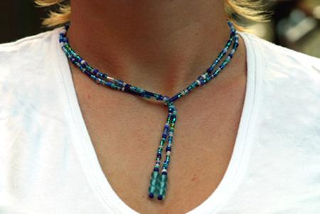 Turkos halsband bestående av en lång pärltråd att vira runt halsen