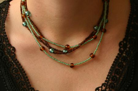 Brunt och turkost halsband