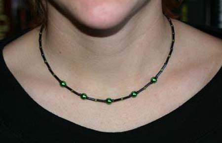 Halsband i svart och grönt