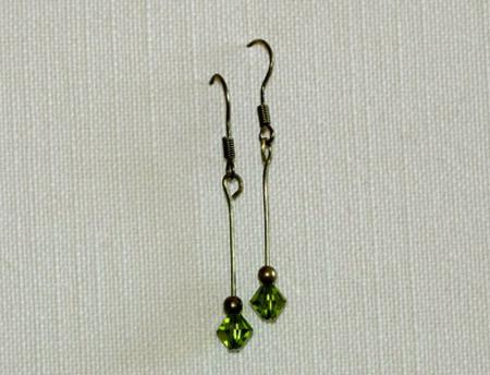 Örhängen av mässing med grön kristallpärla