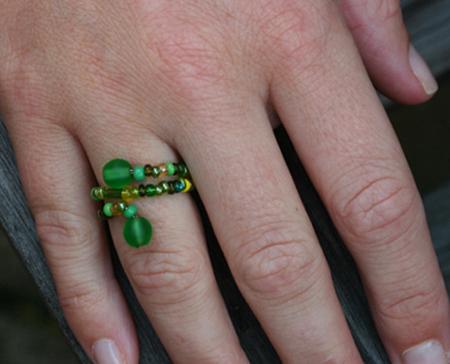Ring av gröna pärlor på försilvrad koppartråd