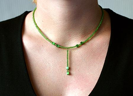 Olivgrönt halsband med hänge