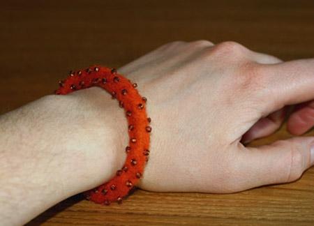 Orange fantiarmband med pärlor