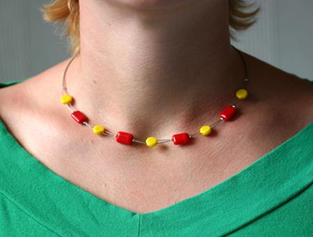 Gula och röda pärlor på dubbel wire