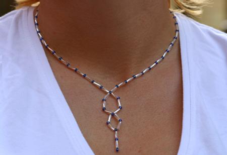 Halsband av glaspärlor i siler och blått