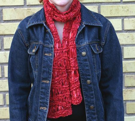 Halsduk/scarf i ett lite udda rött, glansigt garn