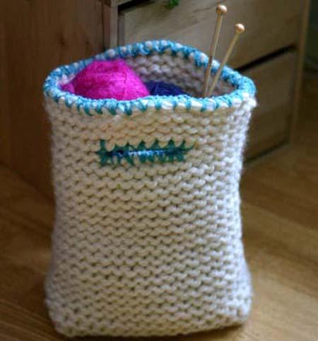 Vit stickad väska med turkosa detaljer
