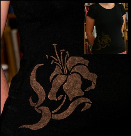 Kopparfärgad blomma på svart t-shirt